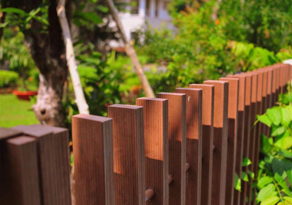 نرده چوب پلاست